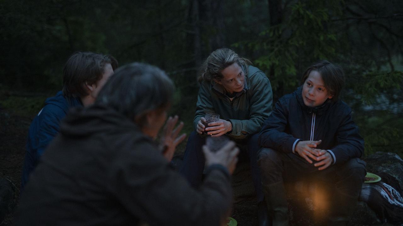 """画像2: 夜はテントで二人きり!?『アナザーラウンド』よりアウトドア気分を味わえる""""野外マッツ""""画像解禁"""