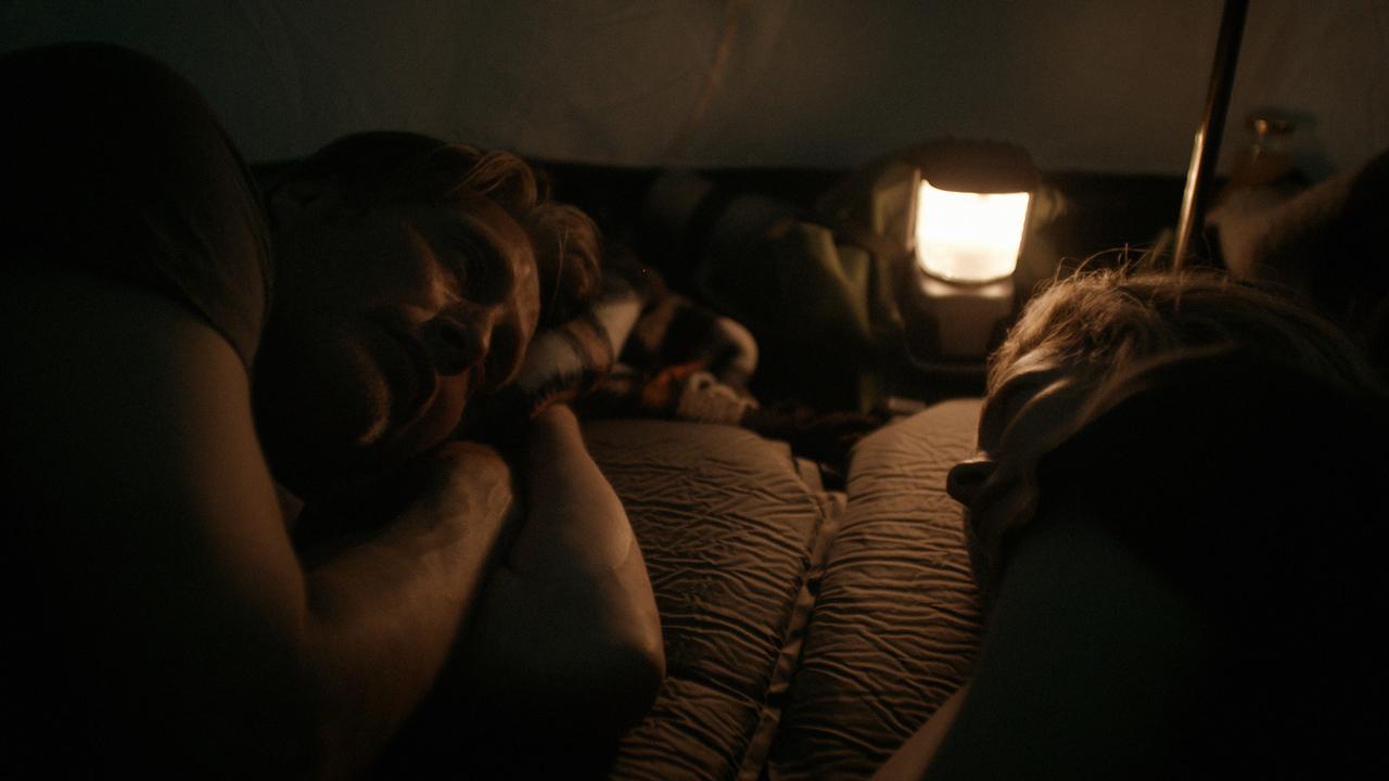"""画像5: 夜はテントで二人きり!?『アナザーラウンド』よりアウトドア気分を味わえる""""野外マッツ""""画像解禁"""