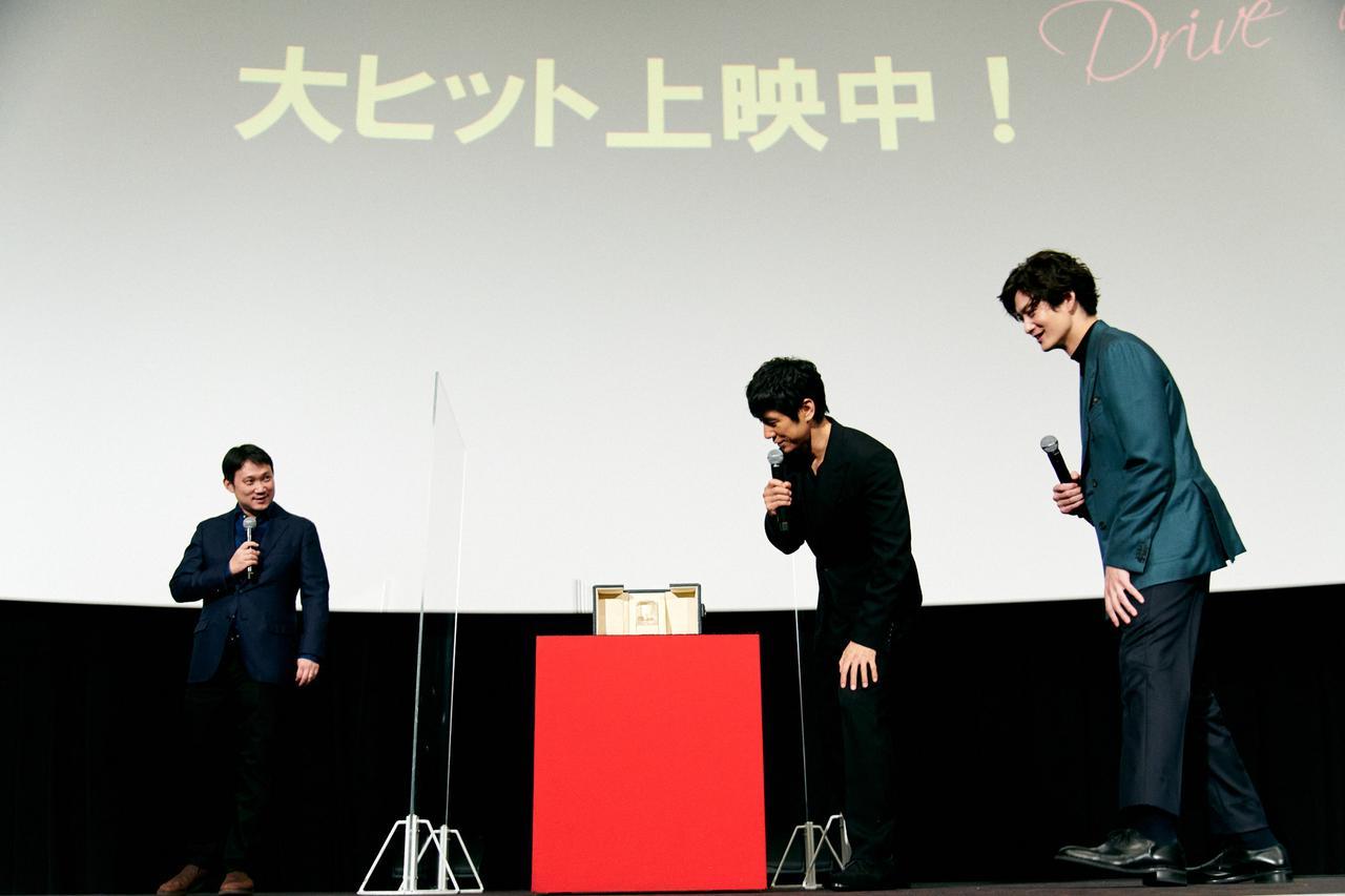 画像2: 濱口監督がカンヌ脚本賞受賞トロフィーを持参