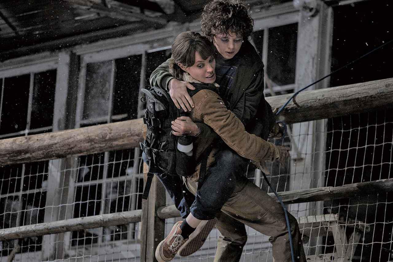 画像: アンジェリーナが演じるのは少年を守るために戦う森林消防隊員