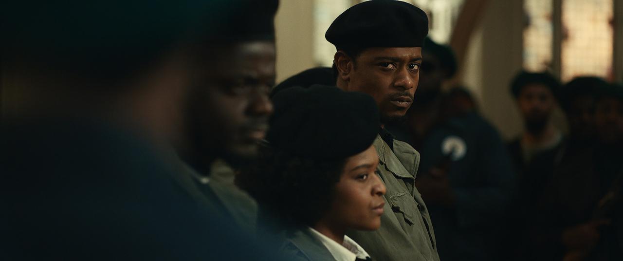 画像: (右)ラキース・スタンフィールド演じるオニール
