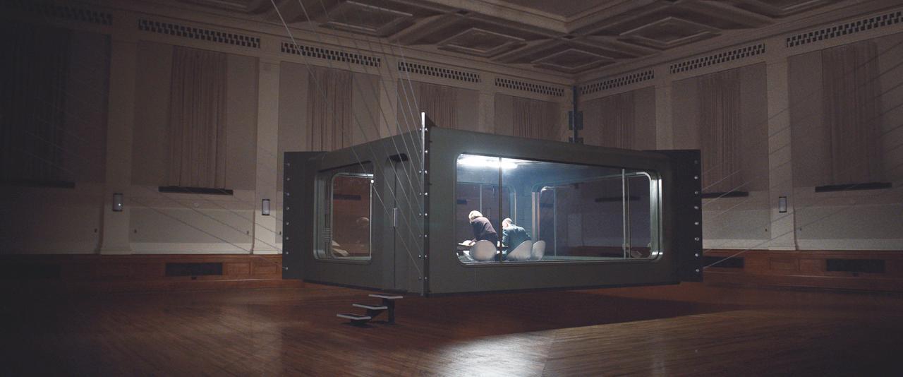 画像1: 『クーリエ:最高機密の運び屋』劇中に登場するスパイツールを収めた場面写真が公開