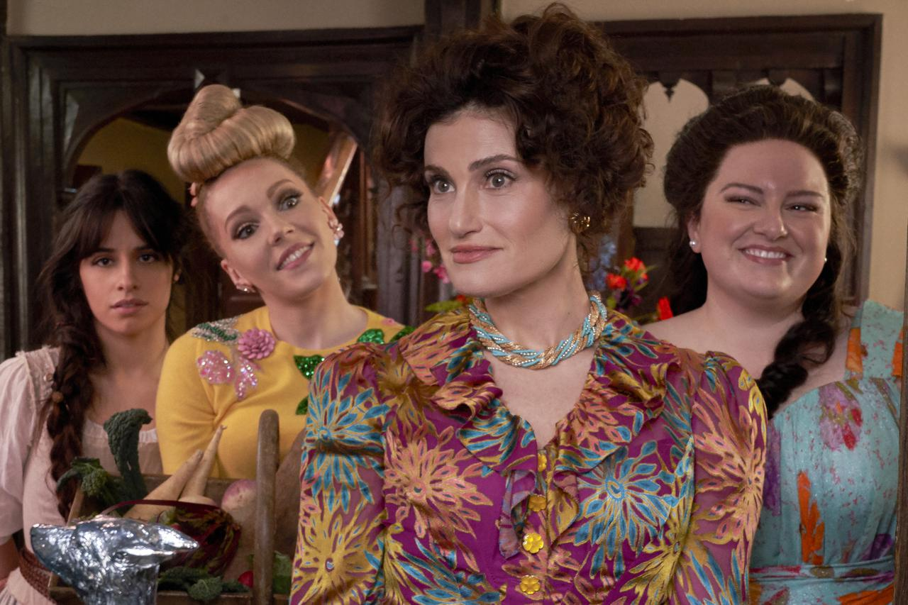 画像: (左から)カミラ・カベロ、シャーロット・スペンサー、イディナ・メンゼル、マディー・ベイリオ