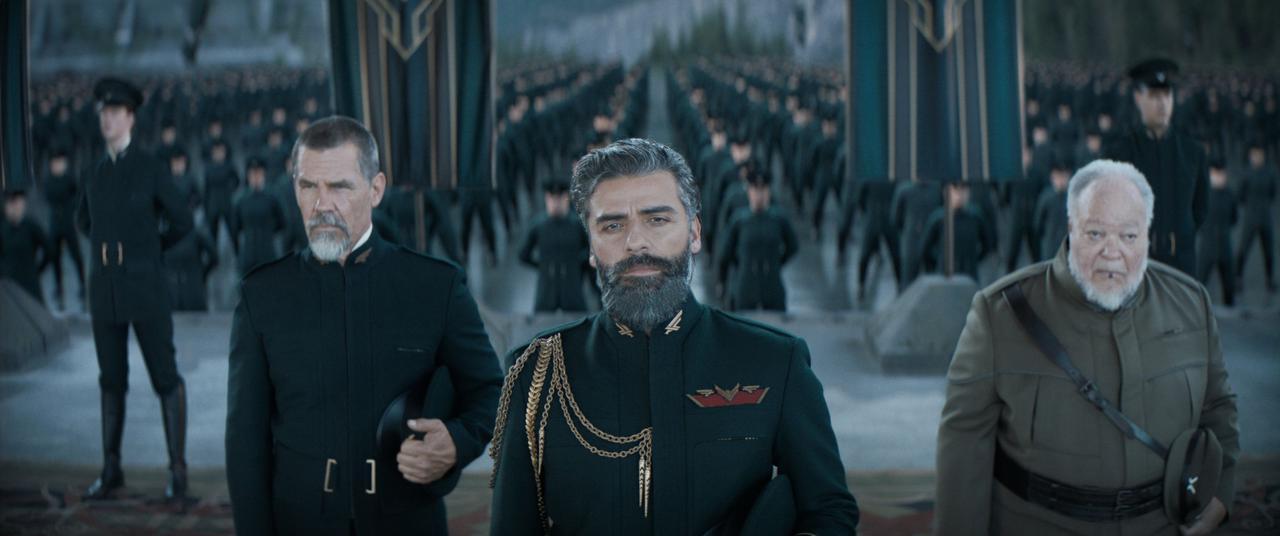 画像: 左からレトの腹心で剣術使いのガーニイ(ジョシュ・ブローリン)、ポールの父親レト公爵(オスカー・アイザック)、公爵家に仕えるスフィル(スティーヴン・マッキンリー・ヘンダーソン)