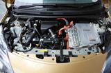 画像: フロントに1.2Lエンジン、インバーター、モーター、発電機がぎっしり収まる。そのため熱対策も施された。