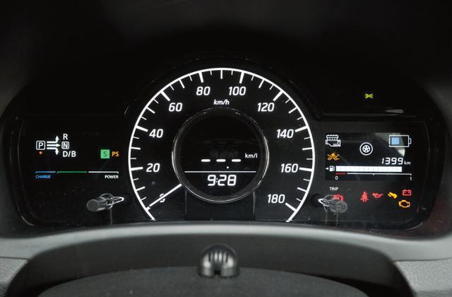 画像: 中央に大型のスピードメーターを配置する。ここにはエネルギーフローなどさまざまな情報も表示される。