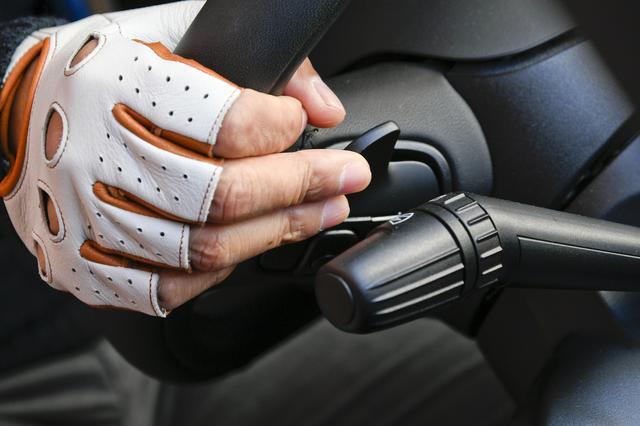 画像: パドルシフトを使ってアグレッシブな走行をするときは手に汗をかきやすい。このようなときはフルフィンガーグローブの方がパドルシフトの操作はしやすい。カカザンではフルフィンガーグローブも用意している。