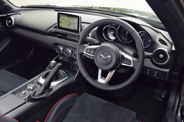 画像: メーター、トップ開閉スイッチを除いて基本デザインは不変。RSは、RECAROシートを装備。VSはより上質なナッパレザー内装となる。