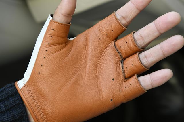画像: 高い耐久性を持つ鹿革は、汚れにくいだけでなく、汗を吸収しても硬化しにくい性質を持っている。