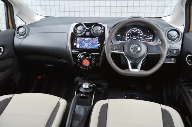 画像: 新デザインのD型ハンドルを採用。取材車はオプションのプレミアムホワイトインテリアパッケージを装着。