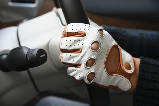 画像: 上質で柔らかい鹿革を使用したグローブは初めて手に装着したにもかかわらず、まるで使い込んだグローブのように自分の手にフィットする。