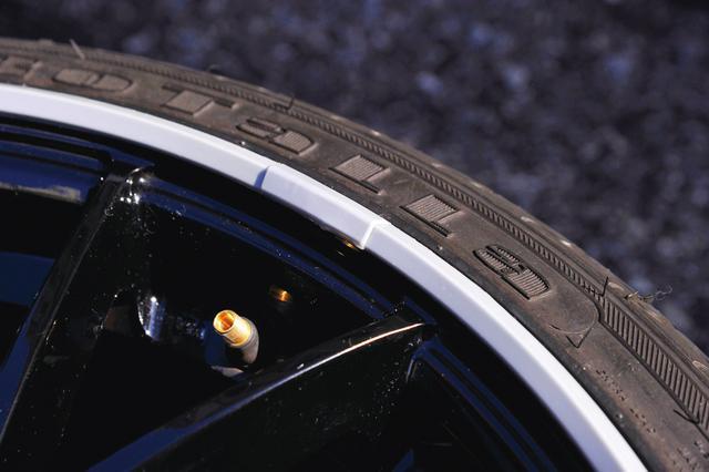 画像: 付属の接着剤で合わせ目の上から専用のカバーを取り付ける。後はタイヤに空気を入れるだけ。