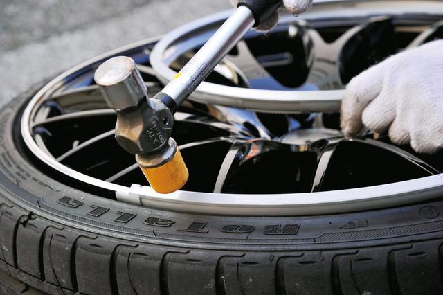 画像: タイヤの空気を抜いたあとにゴムハンマーを使用して軽く叩いて装着していく。直接叩くより、ウエスなどの上から叩くといいだろう。