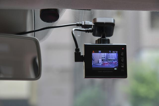画像: 2インチカラー液晶にはレーンキープアシストのガイドが表示される。車線をまたぐと音で警告する。