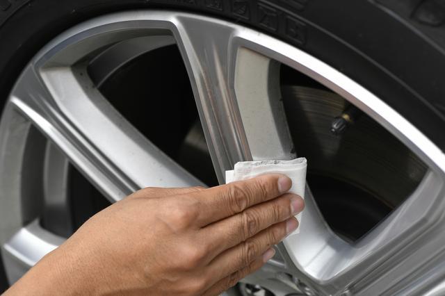 画像: ホイールの清掃後、しっかりとホイールを乾燥させる。そして付属の下地処理シートで隅々まで拭き上げる。