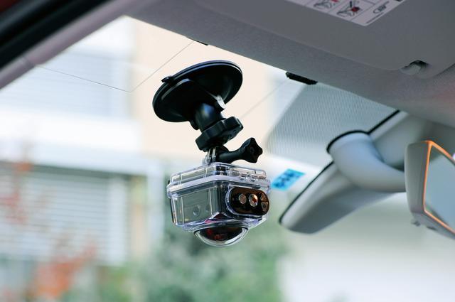 画像: 写真はオプションのフルアクセサリーセット(23,760円)に付属される防水ケースと吸着マウントを使用。