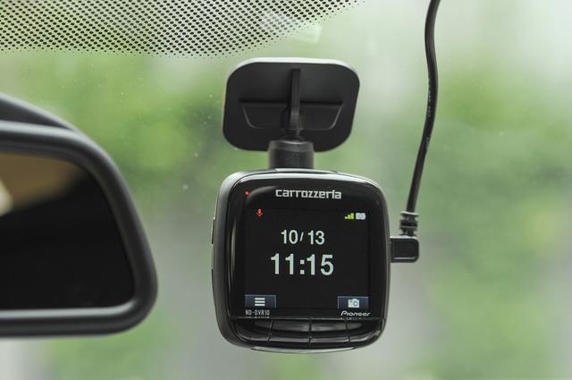 画像: 走行中は日時を表示するシンプルな画面。画面右下のカメラアイコン下部のボタンを押すと写真撮影が可能。