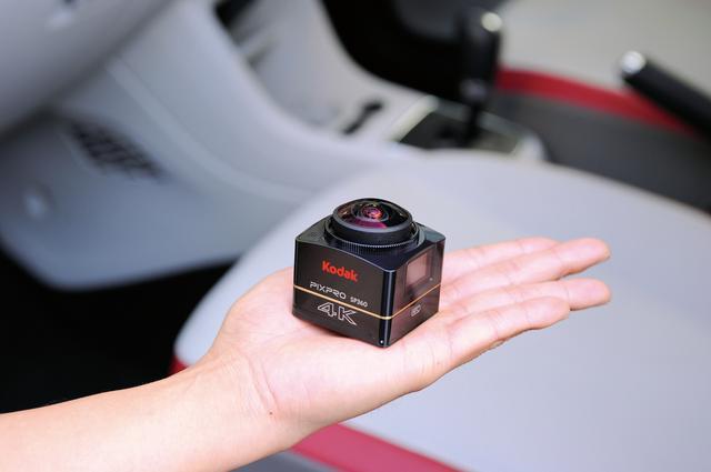 画像: 手の平より小さいボディは、全幅48mm×全高50mm×奥行52.5mm。重量は128g。