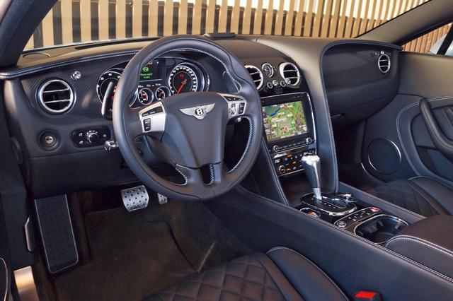 画像: インパネは実にゴージャスだが、このV8 Sは色使いがブラック基調でスポーツムードもプラスされている。
