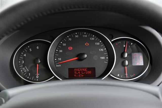 画像: ▲190km/hスケールの速度計を中心として左に回転計、右に燃料/水温計の3眼メーター。 回転計は1500〜2250rpmが「ECO」となる。
