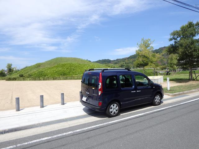 画像: ▲法隆寺の西350mに位置する藤ノ木古墳。アクセスは細い道だけど、カングーは見切りが良いため運転しやすい。