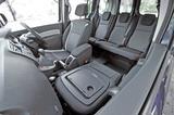 画像: ▲ゼングレードはブラック基調の3トーンファブリックシート。可倒式助手席も採用しているのは6速MT、EDCも同じ。