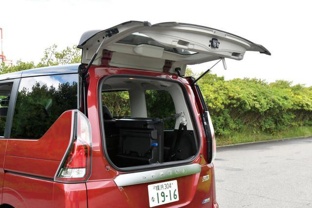 画像: 力のない女性でも簡単に荷物の出し入れができるデュラルバックドアは全車に標準装備されている。