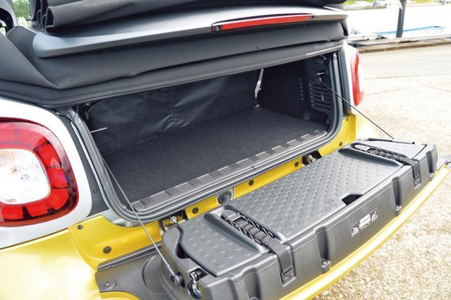 画像: ラゲッジルームは標準状態で260Lの積載容量を確保している。小さな旅行カバンなら収納できるレベル。