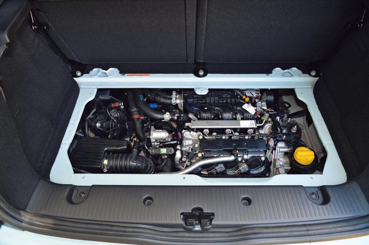 画像: エンジンはルーテシア用の0.9L 3気筒ターボと基本は共通だがRR用に再設計。後方に約49度傾けて搭載する。