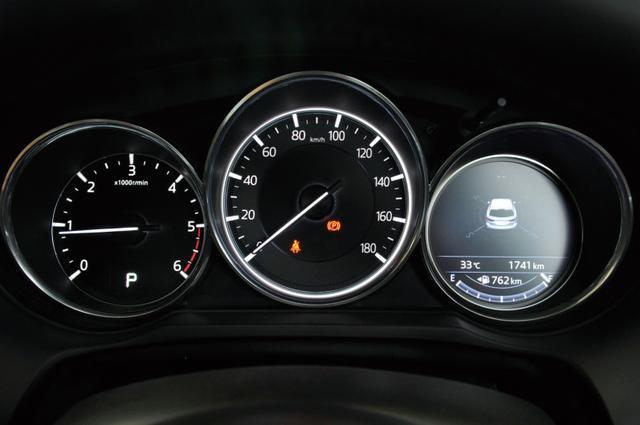 画像: オドやトリップの表示は中央から右のメーターへ移動。ドアミラーインジケーターも変更された。
