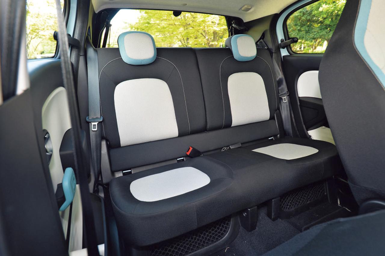 画像: トゥインゴはこの新型で初めて5ドアモデルとなった。定員は4人。後席のカラーデザインが前席と異なる。