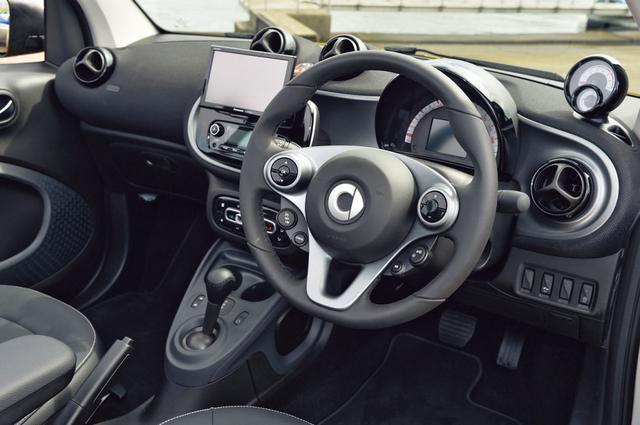 画像: ダッシュボード右上にはターボ専用装備のタコメーター&時計が配置されている。ナビはオプション設定。
