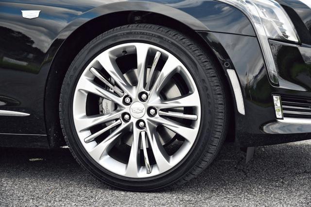 画像: タイヤサイズは前後とも245/40R20というワイドなもの。これがしっかりした足まわりを生んでいる。