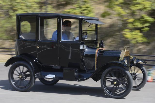 画像: ▲フォード モデルTセンタードアセダン(1915)。かなりクセがある。