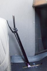 画像: ▲左手で操作するハンドレバー。手前に引いて駐車ブレーキ、中間でニュートラル、奥に押すとギアが接続する。