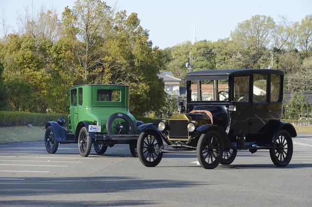 画像: ▲右が1915年製のセンタードアセダンで乗車定員4名、左は1927年製のクーペで2名。トヨタ博物館にはモデルTは7台所有しているが、そのうちの2台。