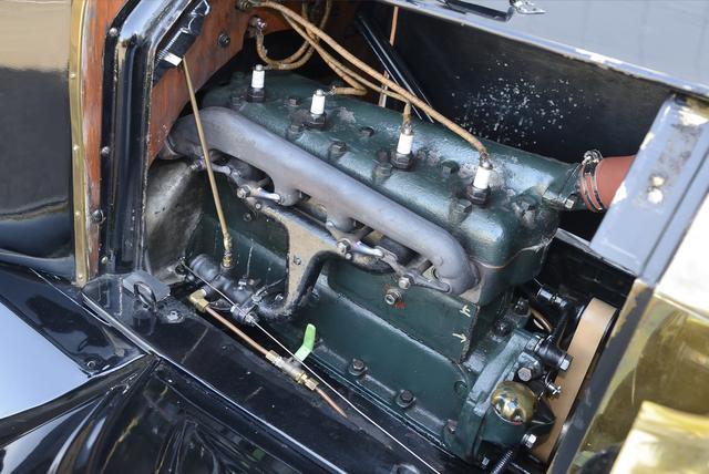 画像: ▲エンジンはサイドバルブ式直列4気筒2896cc。最高出力は20ps/1600rpm。最大トルクは約11kgmという。低速トルクがあり扱いやすい。