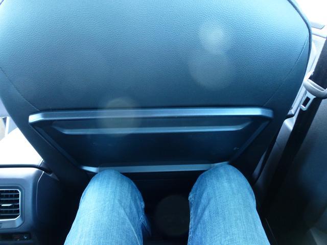 画像: ▲シートスライドを一番前にすると、ヒザがシートバックに当たってしまう。オトナはキツいか。