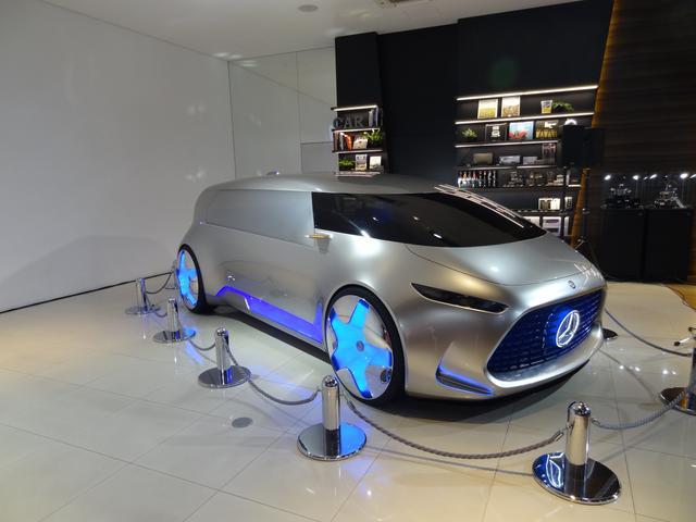 画像: 会見場には2015年の東京モーターショーで発表されたコンセプトカー「Vision Tokyo」も置かれていた。