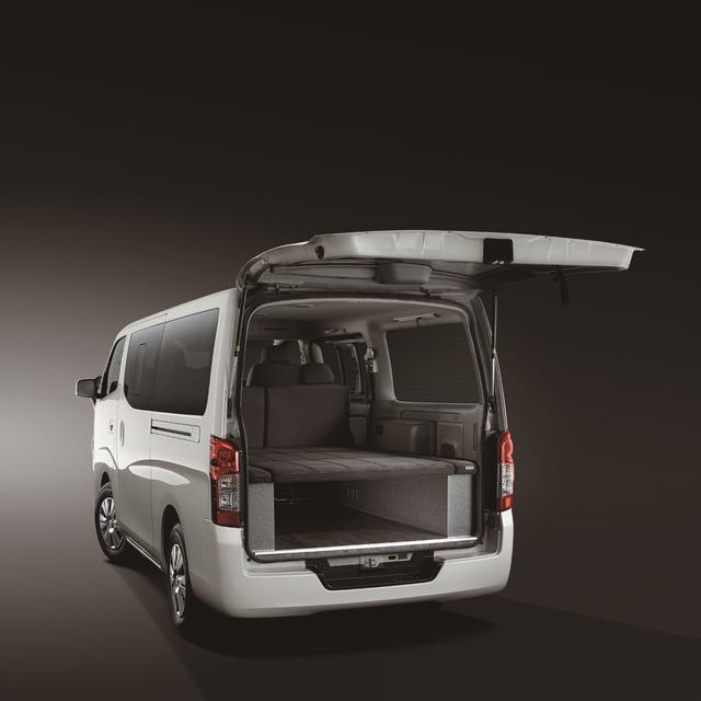 画像: 快適な車中泊を可能にするベッドシステムを採用(NV350キャラバン トランスポーター)。