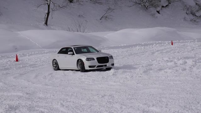 画像: クライスラー 300 SRT8で雪上ドリフト! youtu.be