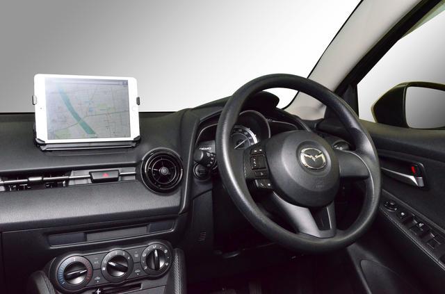 画像: ▲マツダコネクト用 iPad mini 取付ホルダー 「TPT042TH」で iPad mini を取り付けた状態。