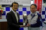 画像: 富士重工業 群馬製作所の大河原正喜所長(右)と日本カー・オブ・ザ・イヤーの荒川実行委員長(左)。