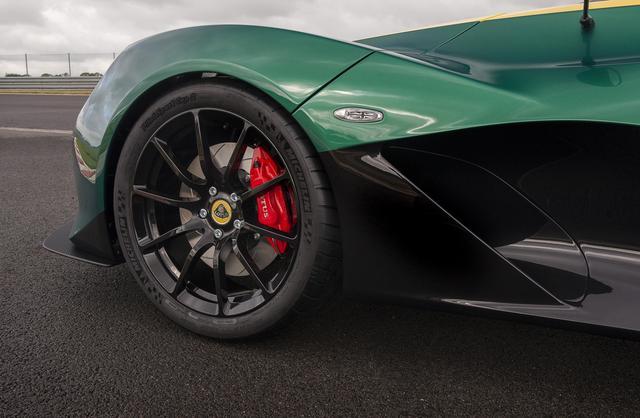 画像: APレーシング製4ポットキャリパーにロータスチューンのボッシュ製ABSを装備。
