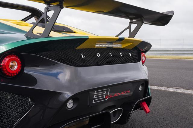 画像: レースバージョンは240km/hで最大215kgのダウンフォースを得る。