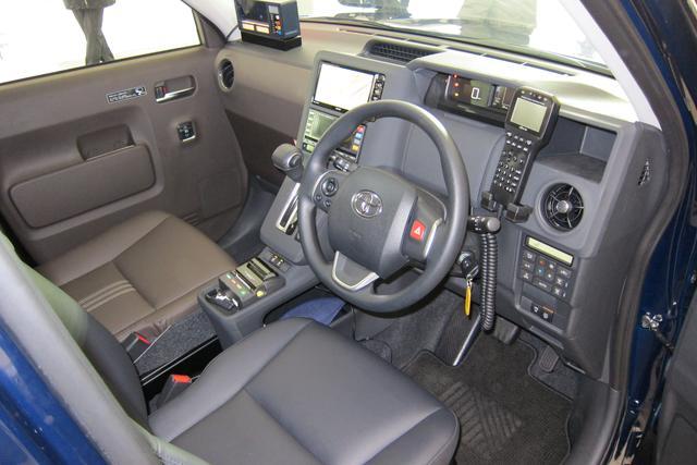 画像: ドライバーが扱いやすい機能的なコクピット。料金メーターやカーナビはもちろん、無線や領収書プリンターも備わっている。