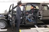 画像: 座面をチップアップすれば車椅子のまま乗車でき、隣りに介助の人が普通に座ることができる。