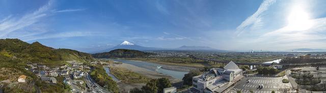 画像: 「EXPASA富士川(上り)」は、富士川の流れと雄大な富士山が一緒に見える絶好の場所にある。
