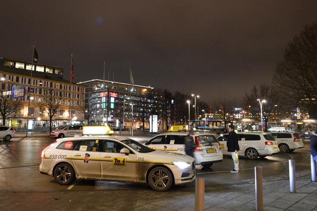 画像: ホテル前に並ぶタクシーたち。日本未導入のV90タクシー仕様が早くも走っている!