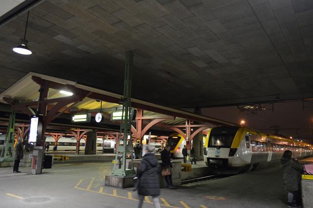 画像: イェーテボリ中央駅のホーム。午後6時過ぎの帰宅時間帯と思われるが、混雑している雰囲気はない。